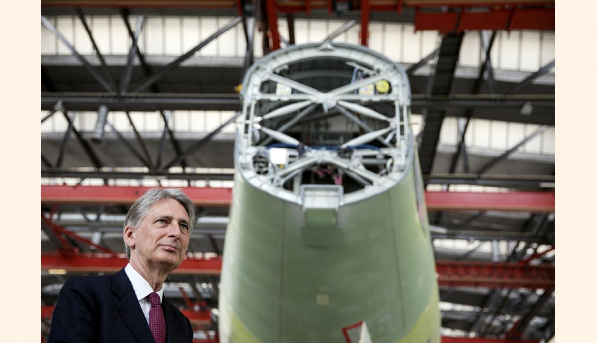 Philip Hammond recorrió las instalaciones junto al gerente general de Airbus (Tianjin) Final Assembly Co. en Tianjin, China. (Foto: Reuters)