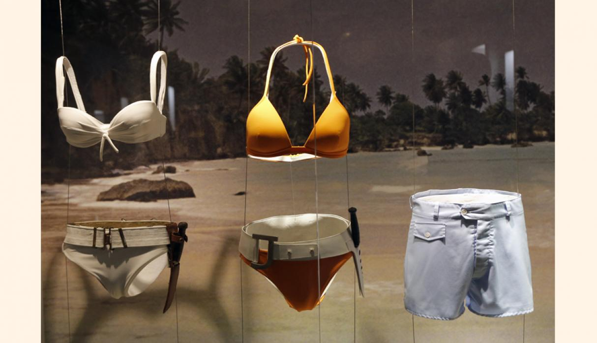 "Ropa interior que camuflaban armas mortales en las películas ""Dr. No"" y ""Die another Day"". (Foto: AP)"